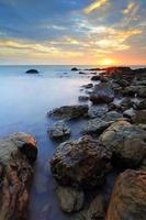 belo litoral rochoso ao pôr do sol