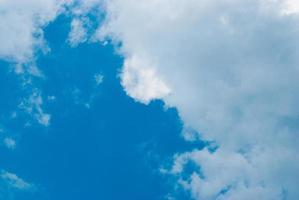 céu azul e nuvens brancas foto