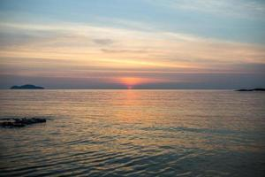 o grande céu azul e paisagem marinha foto