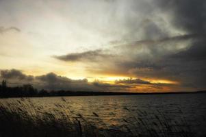 pôr do sol em steinhude am meer foto