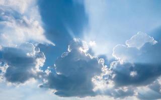 nuvens no céu azul para foco suave do fundo.