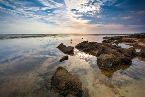 céu azul na praia de santolo no oeste de java na indonésia