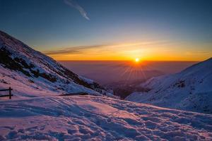 primeiro sol brilhando nos Alpes foto