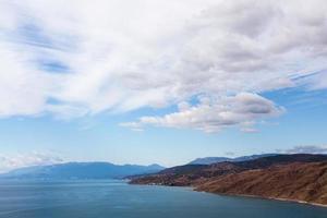 vista do mar do topo em um dia nublado