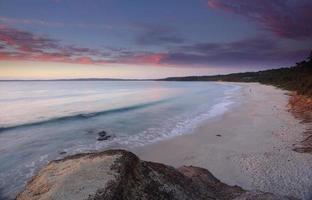 nascer do sol na praia de nelson na baía jervis