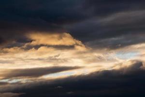 massas de nuvens escuras foto