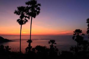 Ásia por do sol na praia da Tailândia.