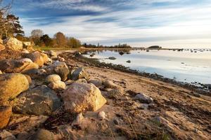 litoral de manhã tranquila na primavera