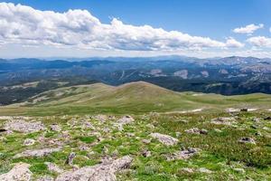 paisagem de montanha com céu azul acima da linha das árvores