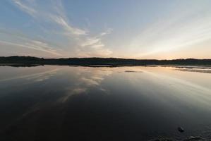 nuvens finas com reflexos ao anoitecer foto