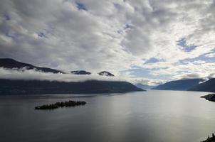 lago alpino com ilhas