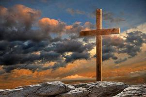 cruz de madeira ao pôr do sol