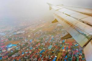 olhando pela janela de um avião