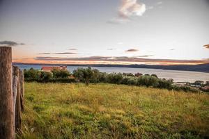 vista da paisagem do lago bracciano das colinas de trevignano romano foto