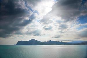 mar dramático com ilha