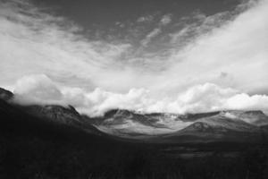 vista em preto e branco das montanhas khibiny na Rússia
