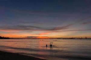 crepúsculo de laem chabang à beira-mar em sriracha com céu ao pôr do sol