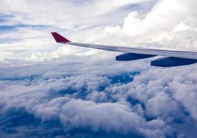 nuvens e céu como visto através da janela de uma aeronave