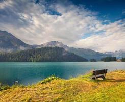 céu azul profundo acima do lago champfer nos Alpes suíços foto
