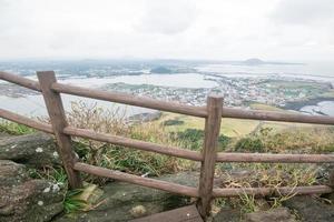 vista da costa de jeju com céu nublado de seongsan ilchubaong mountai