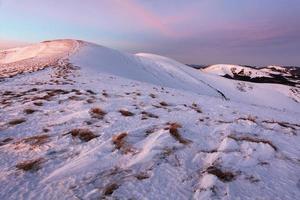paisagem de montanhas de inverno com céu azul em dia ensolarado de verão foto