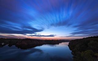 lindo céu noturno no rio com estrelas e nuvens