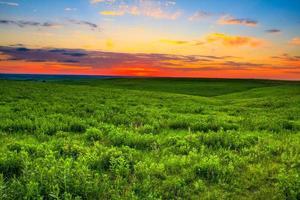 pôr do sol sobre as colinas de pedra do Kansas