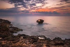 praia rochosa pela manhã