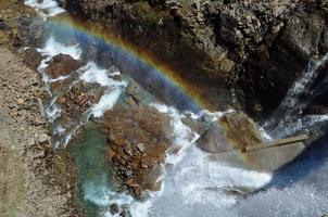 arco-íris sob a represa gloriettes nos pirenéus franceses foto