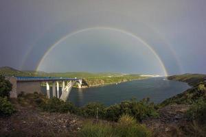 arco-íris acima da ponte Sibenik