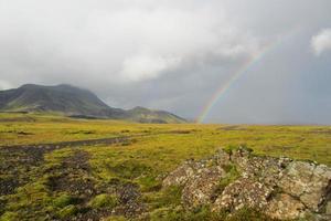 arco-íris islandês e campos de lava foto