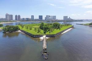 Baía de Tóquio e o terceiro odaiba da ponte do arco-íris