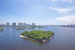 Baía de Tóquio e a sexta odaiba da ponte do arco-íris