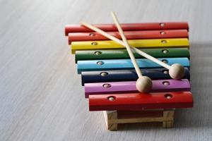 xilofone arco-íris de madeira para crianças foto