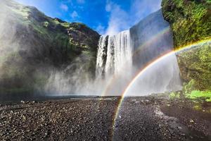 bela cachoeira skogafoss na Islândia foto