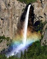 véu de noiva cai em yosemite com arco-íris