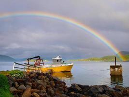 arco-íris sobre navio
