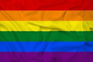 acenando a bandeira do arco-íris foto