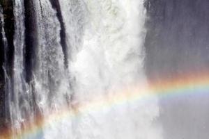a victoria cai com arco-íris na água foto