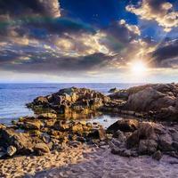 costa marítima com pedregulhos e areia