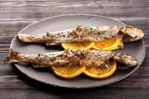 peixe truta assada com laranja e tomilho