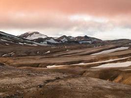 montanhas de arco-íris com campos de neve