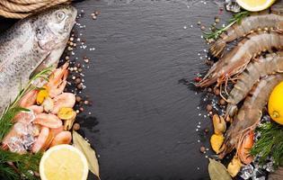 frutos do mar frescos com especiarias foto