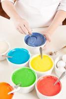 Bolo arco-íris: chef misturando massa de cores preparando camadas para a sobremesa