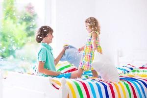 crianças brigando de travesseiros