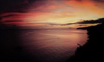 pôr do sol dourado do Caribe, Martinica, França.