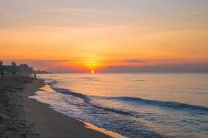 lindo nascer do sol e céu colorido em Rayong, Tailândia
