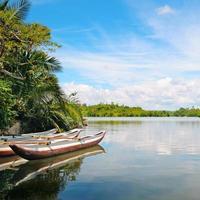 rio e barcos de recreio