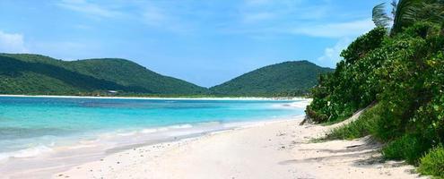 vista da praia e das montanhas na praia de flamenco culebra