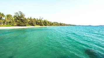 olhando para a bela praia na ilha de koh kood, tailândia